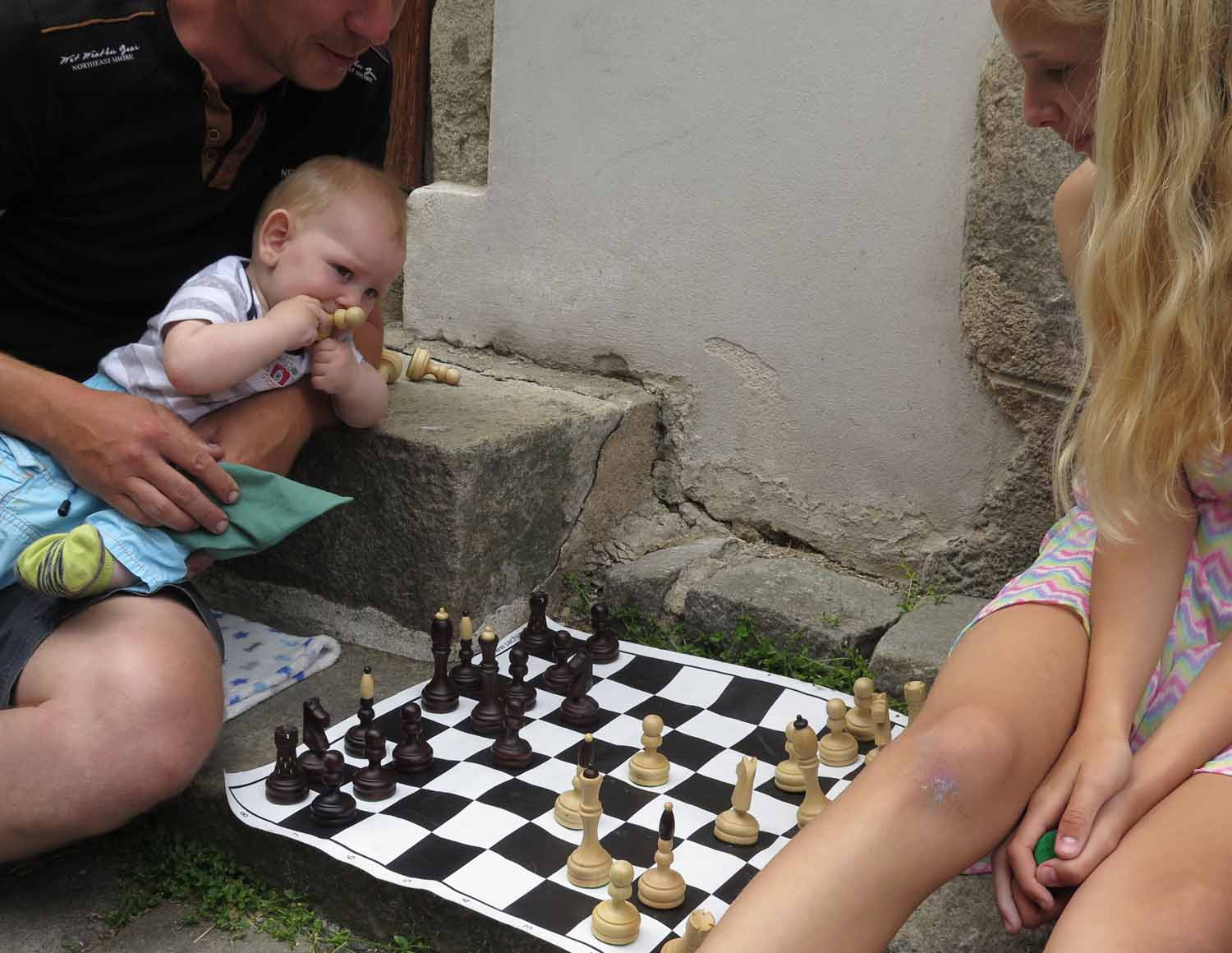 czech-republic-czesky-krumlov-father-daughter-chess