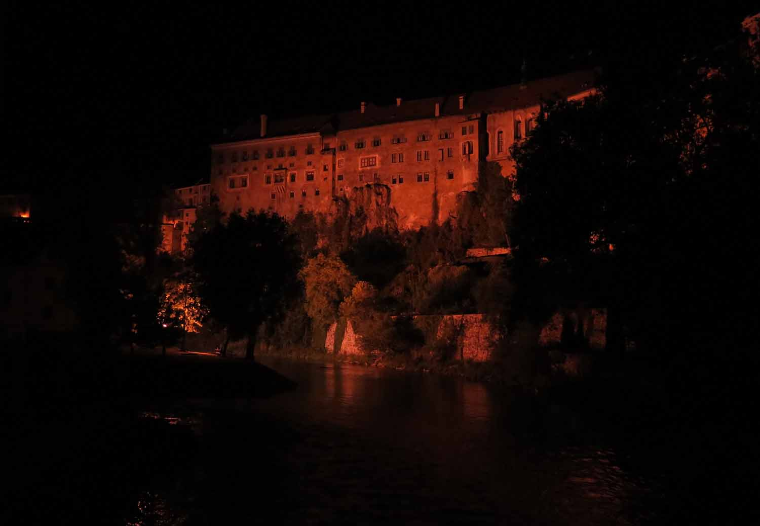 czech-republic-czesky-krumlov-castle-at-night