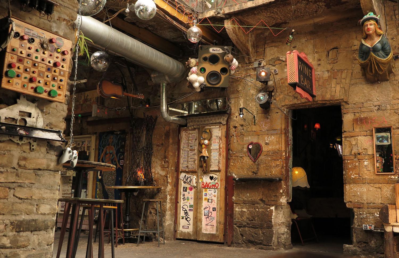 hungary-budapest-ruin-pub-szimpla-kert-day-ladies