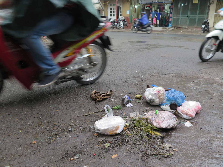 Vietnam-Hanoi-Street-Scenes-Trash