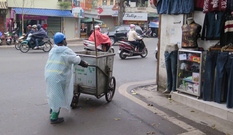 Vietnam-Hanoi-Street-Scenes-Trash-Collector