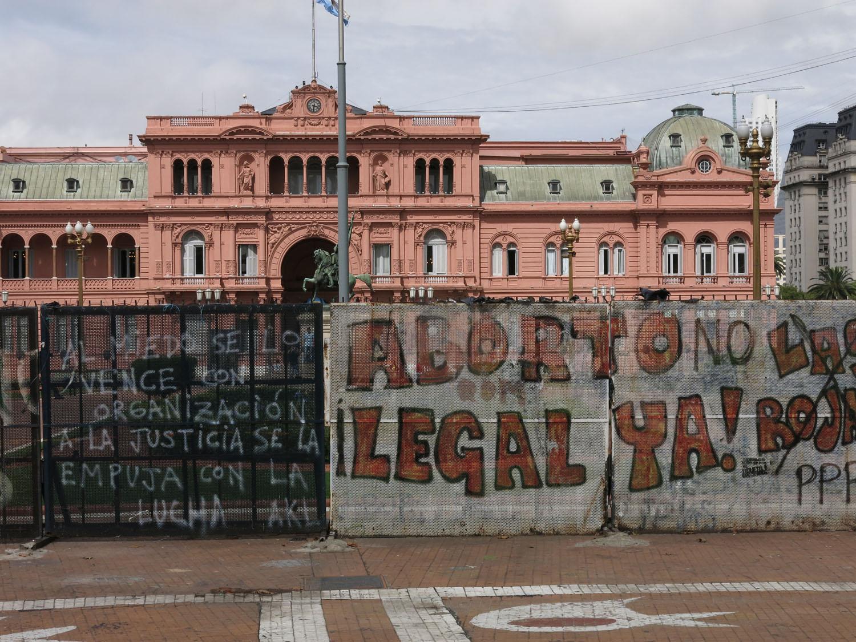 Argentina-Buenos-Aires-Plaza-De-Mayo-Pink-Palace