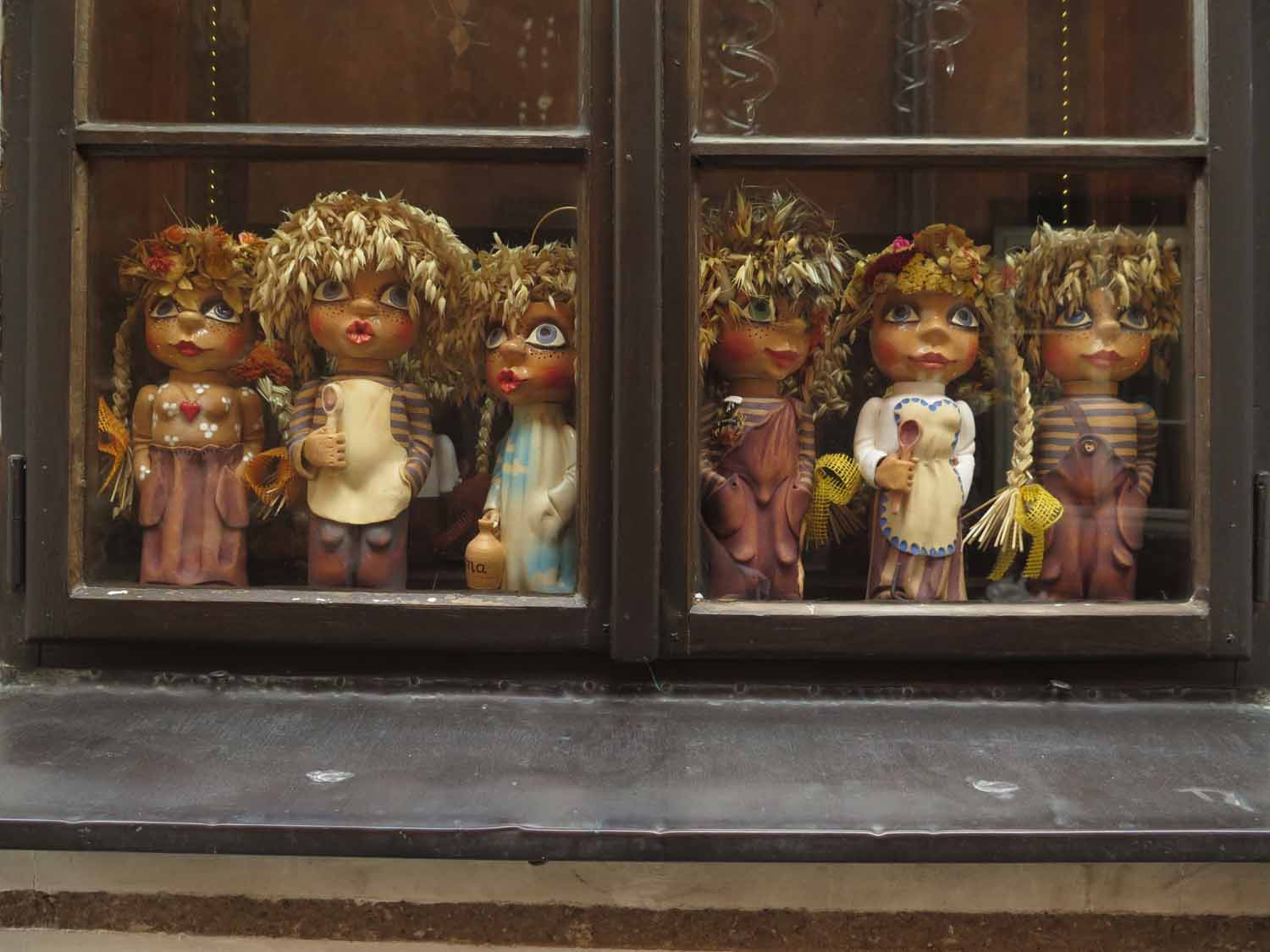 czech-republic-czesky-krumlov-dolls-in-wIndow