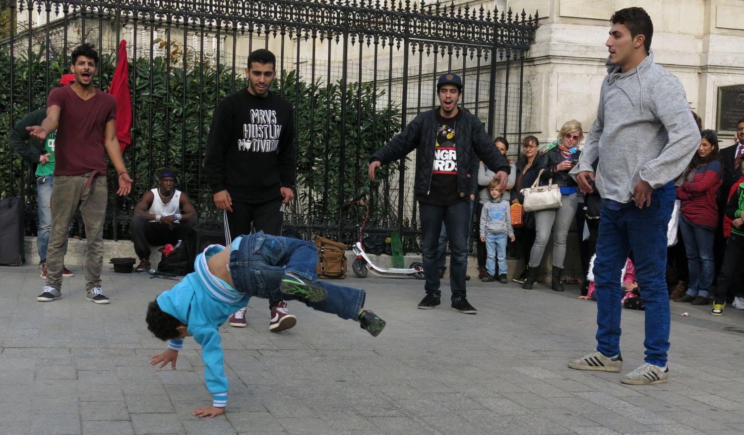 France-Paris-Street-Performers