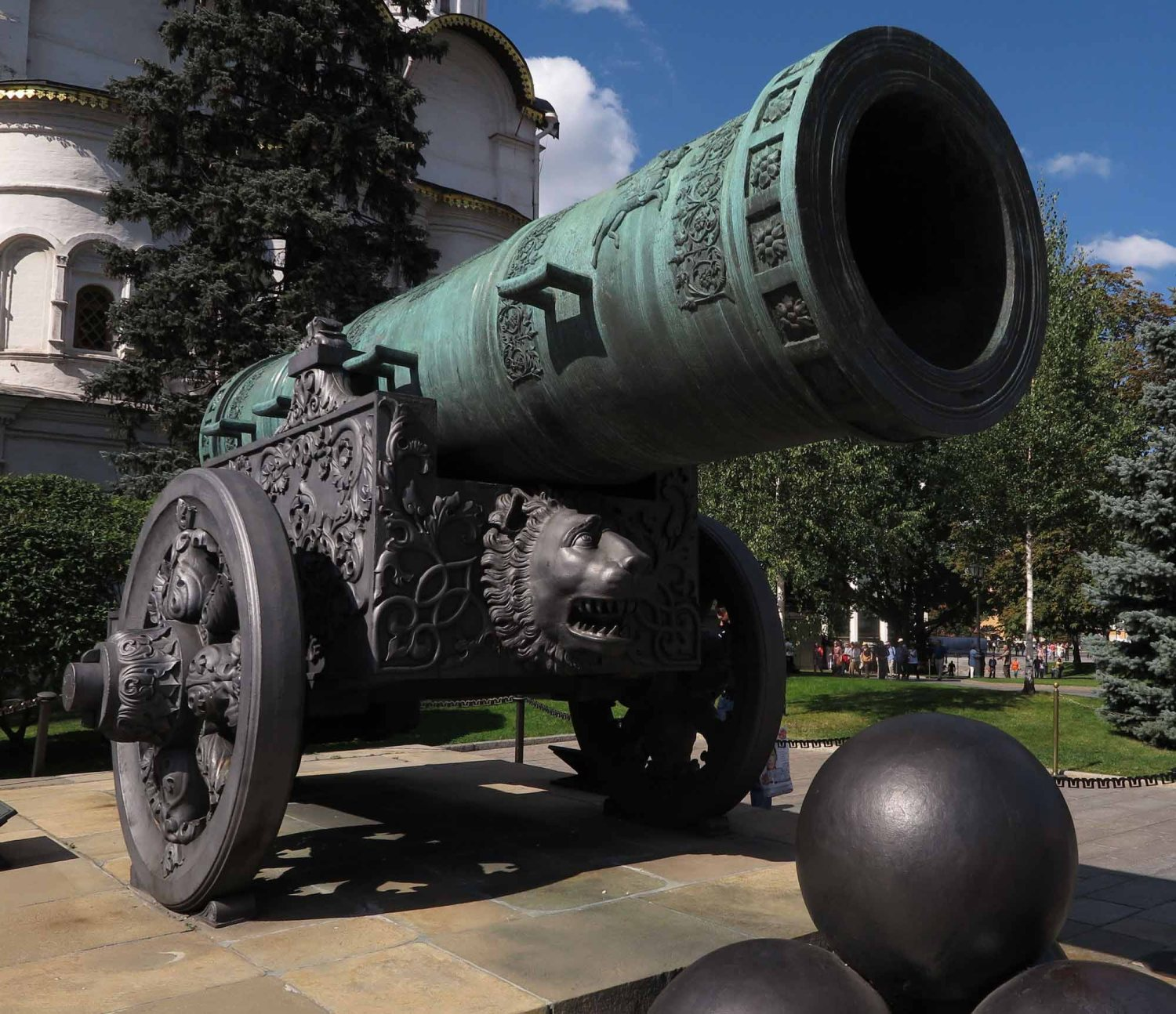 Russia-Moscow-Street-Scenes-Cannon