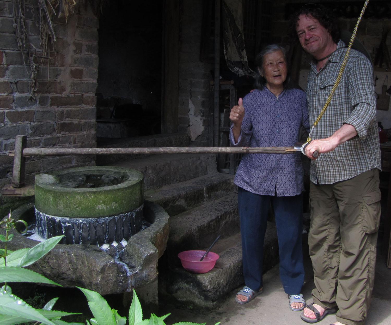 China-Yangshuo-Lady-Grinding-Wheel