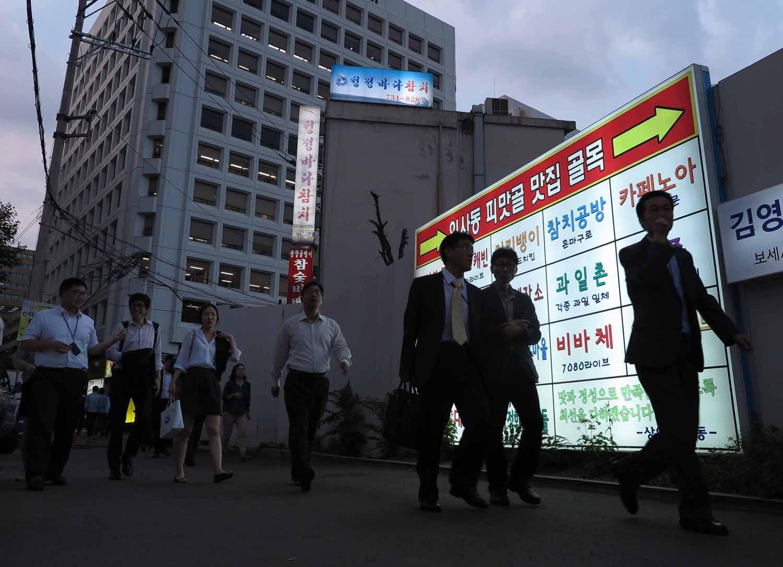 Korea-Seoul-Street-Scenes-Quitting-Time