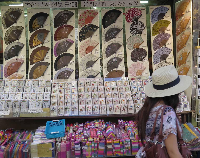 Korea-Seoul-Street-Scenes-Fans