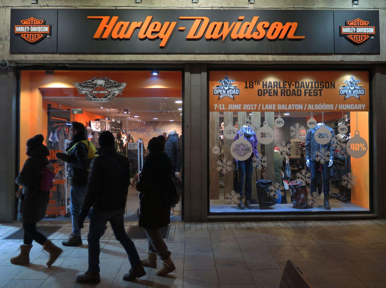 Hungary-Budapest-Street-Scenes-Harley-Davidson