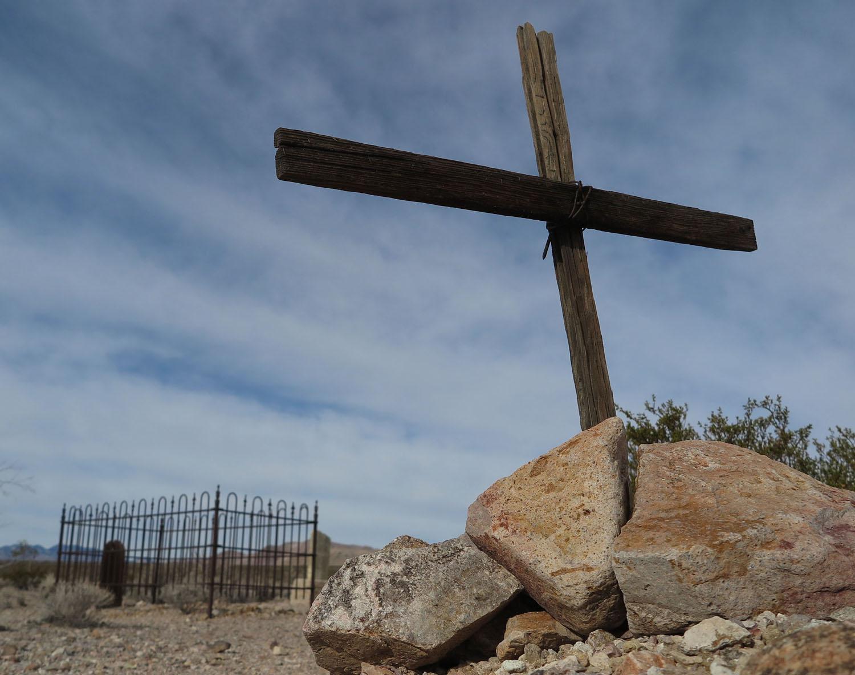 Death-Valley-Rhyolite-Cemetery-Wooden-Cross