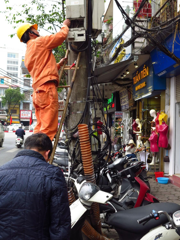 Vietnam-Hanoi-Street-Scenes-Repairman