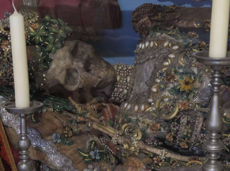 czech-republic-czesky-krumlov-castle-relics