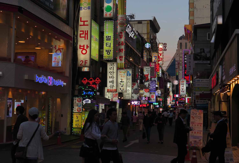 Korea-Seoul-Street-Scenes-Night-Signs