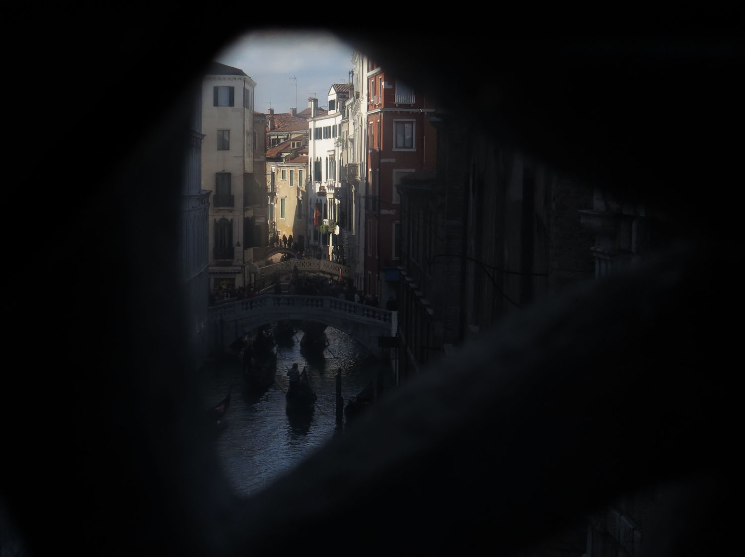 Italy-Venice-Doges-Palace-Bridge-Of-Sighs-Looking-Out
