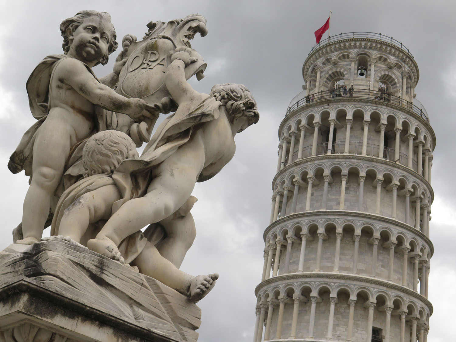 Italy-Pisa-Leaning-Tower-Statue