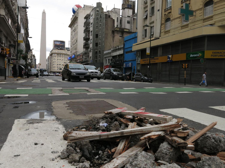 Argentina-Buenos-Aires-Street-Scenes-Caution