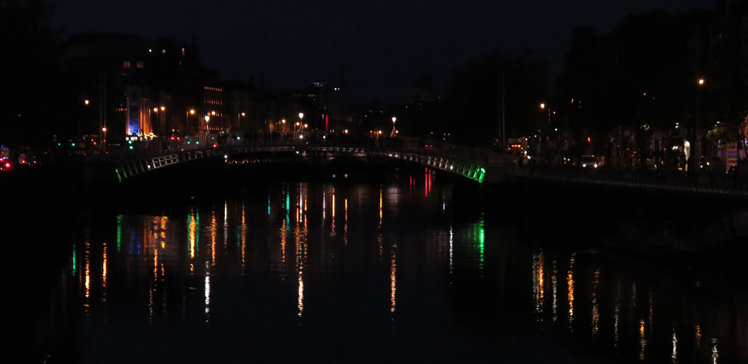 Ireland-Dublin-River-Liffey-Happeny-Bridge-Night