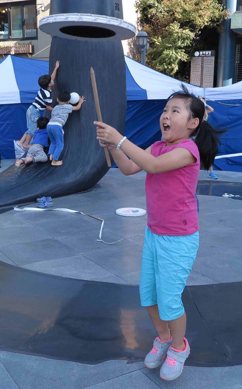Korea-Seoul-Street-Scenes-Kids-Playing