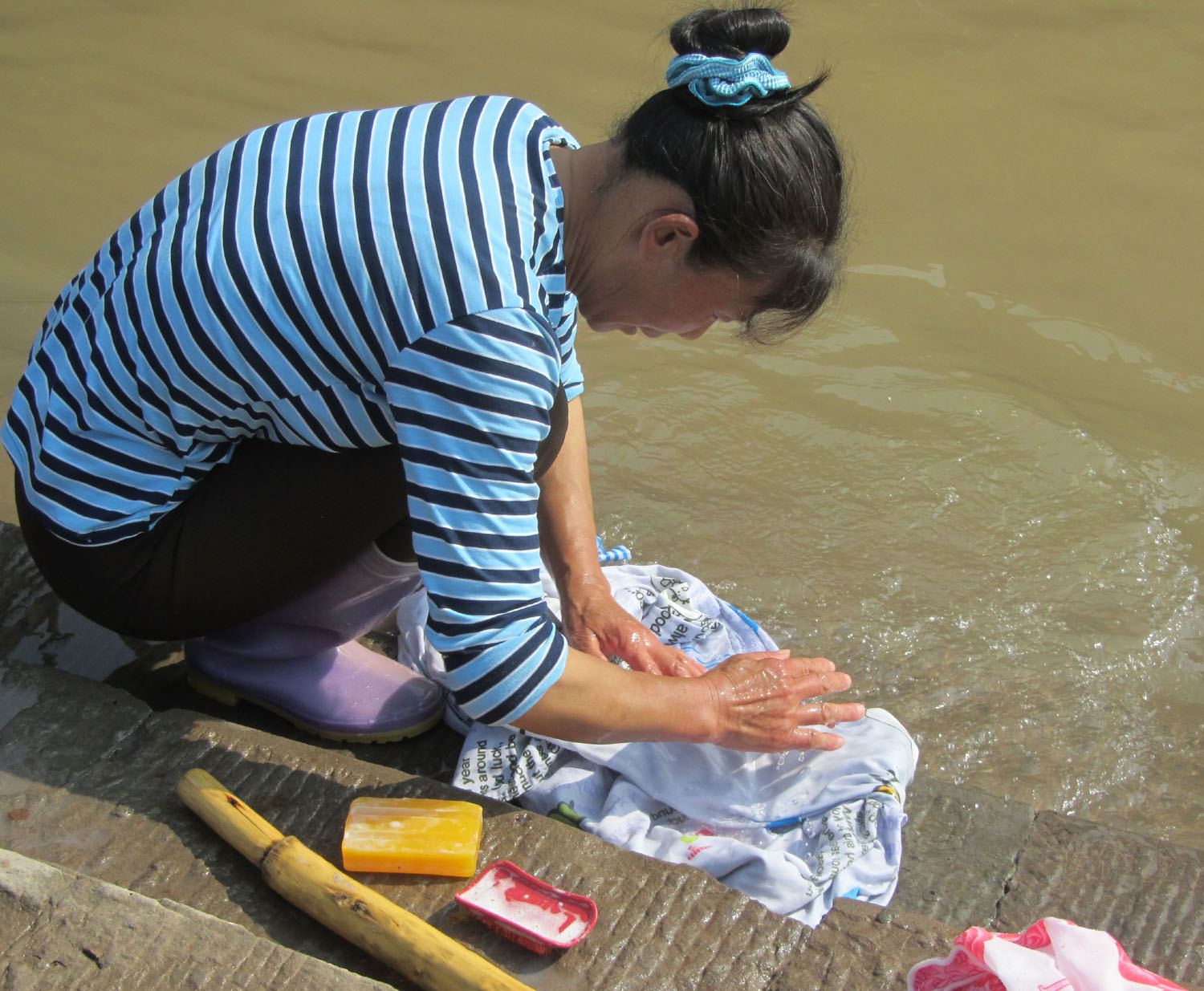 China-Yangtze-River-Land-Excursion-Washing-Clothes
