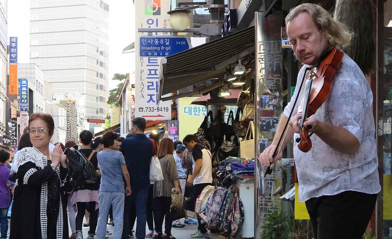 Korea-Seoul-Street-Scenes-Violinist