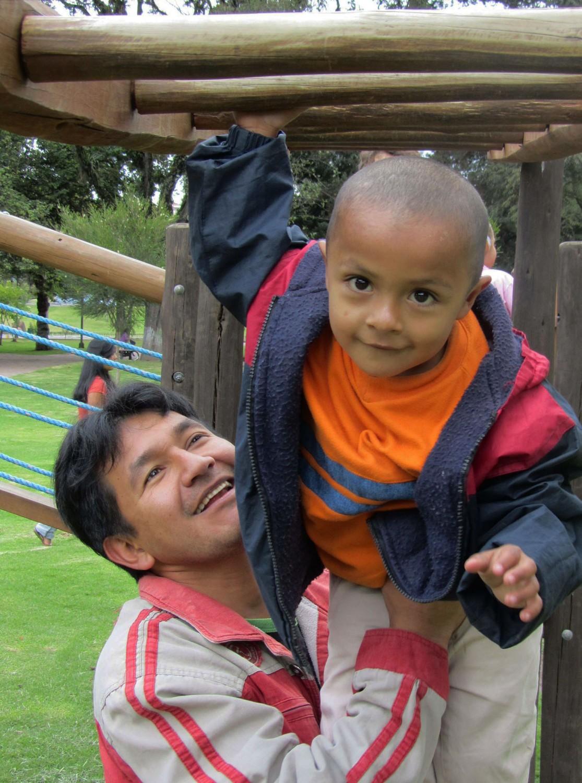 Ecuador-Quito-Park-Papa-Hijo