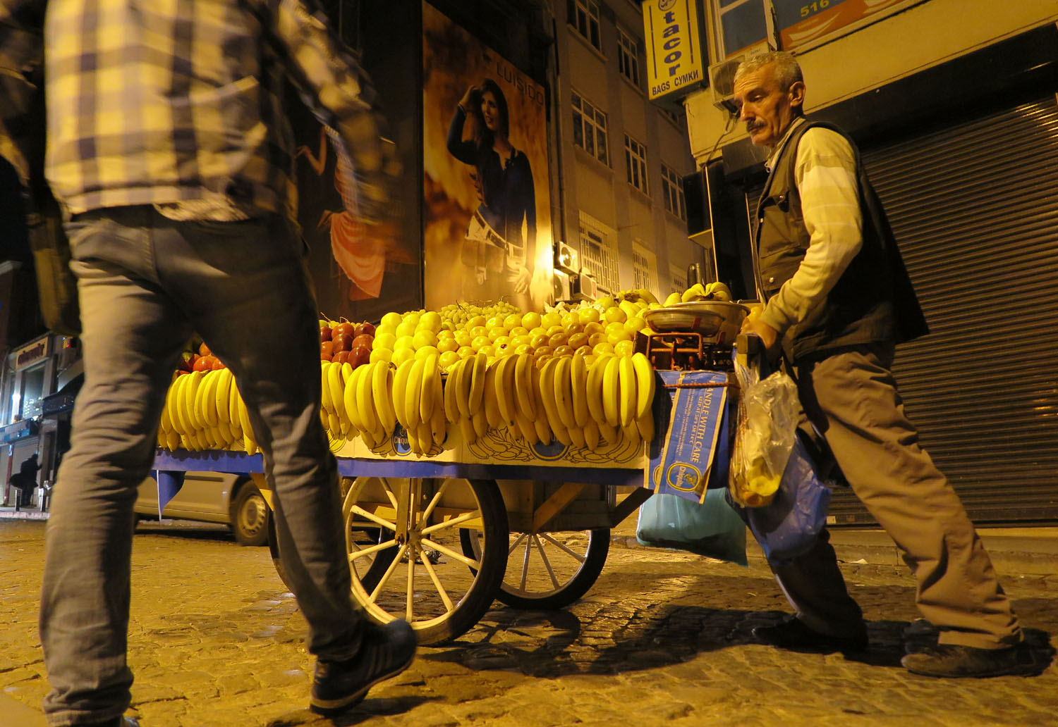 Turkey-Istanbul-Street-Scenes-Fruit-Vendor