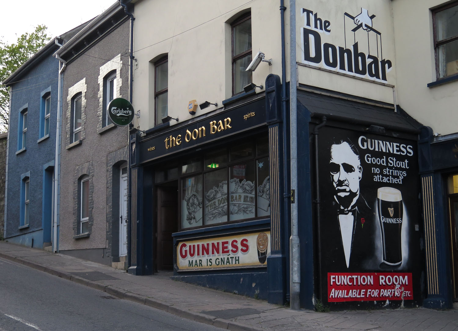 Northern-Ireland-Derry-Londonderry-Street-Scenes-The-Don-Bar