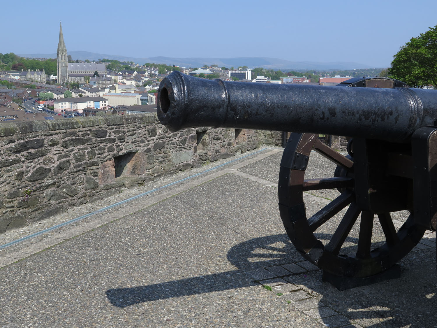 Northern-Ireland-Derry-Londonderry-Old-City-Wall-Cannon