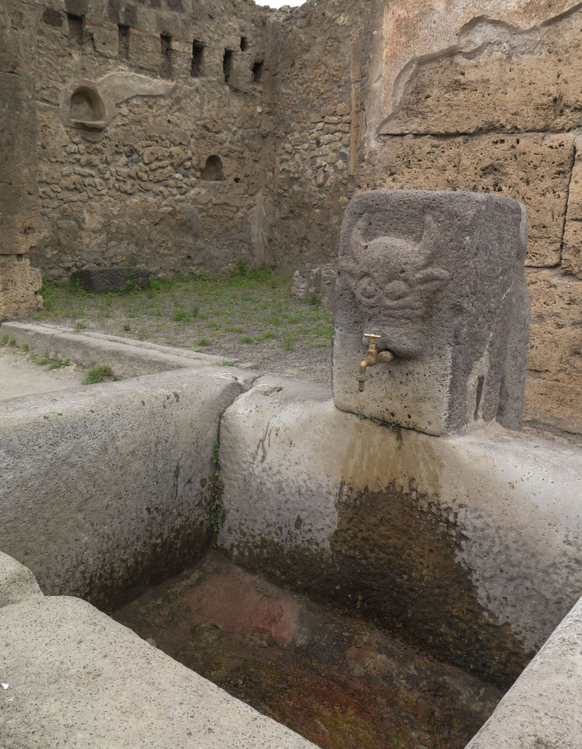 Italy-Pompeii-Fountain