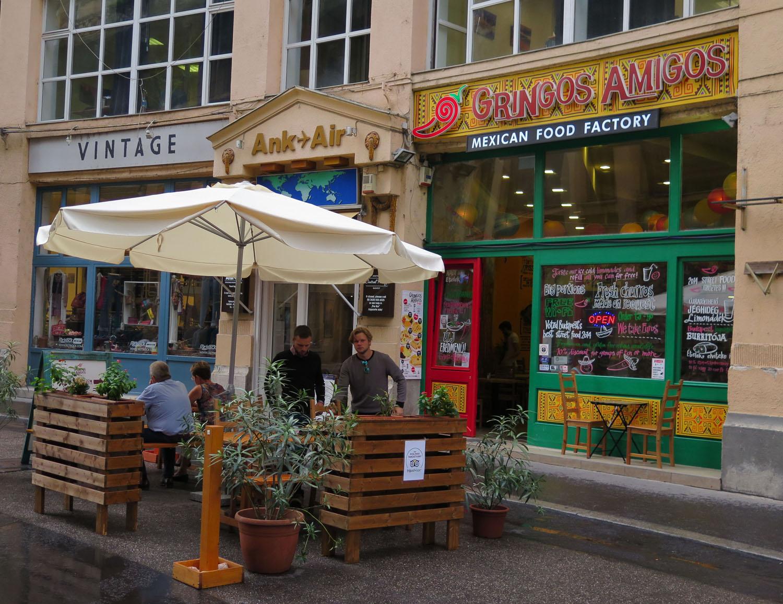 hungary-budapest-street-scenes-gringos-amigos