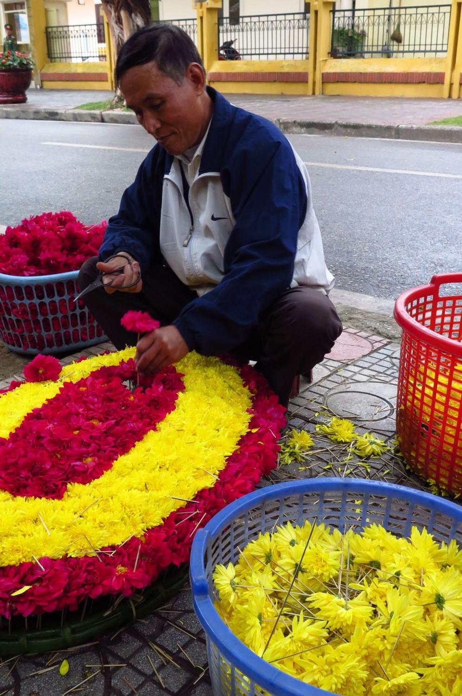 Vietnam-Hanoi-Street-Scenes-Flower-Arranger