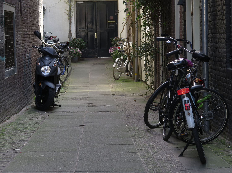 Netherlands-Amsterdam-Street-Scenes-Alleyway