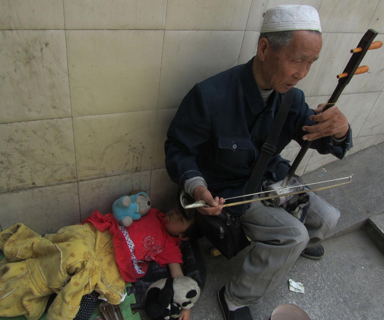 China-Beijing-Street-Scenes-Musician