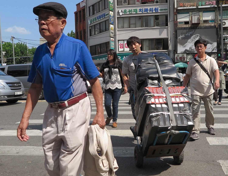 Korea-Seoul-Street-Scenes-Crossing