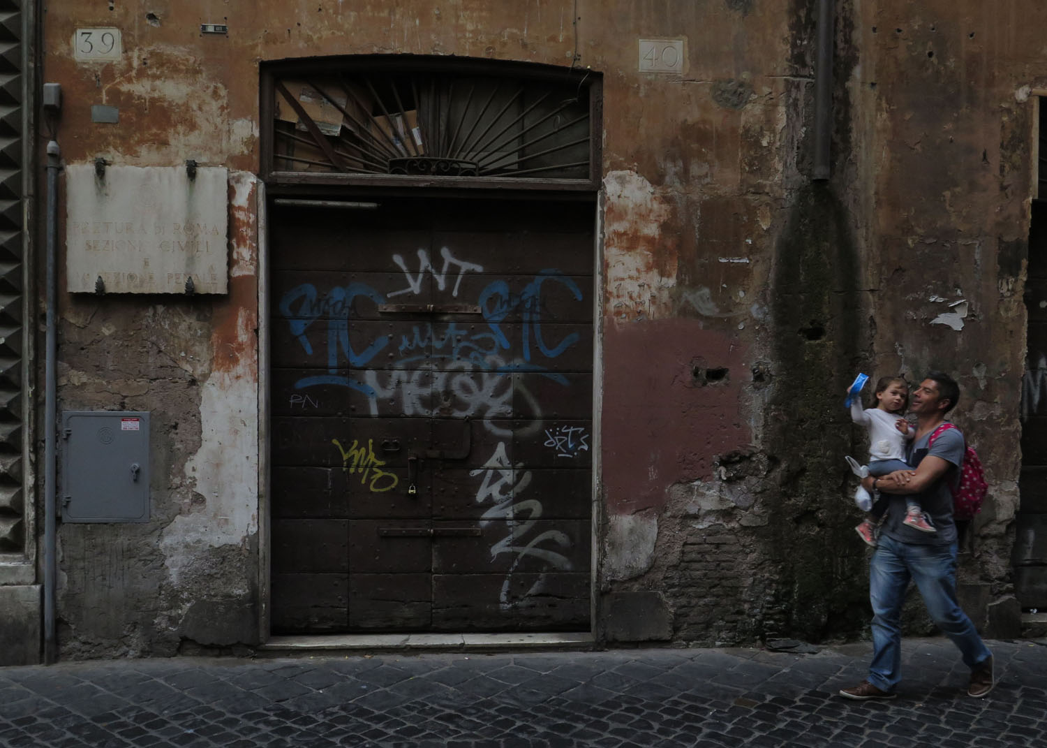 Italy-Rome-Street-Scenes-Father-Daughter