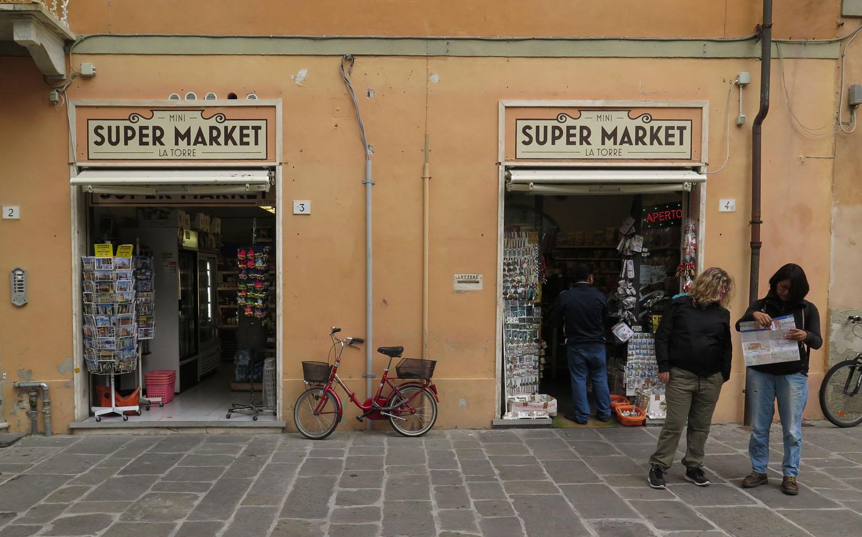 Italy-Pisa-Street-Scenes-Shop