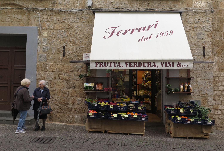 Italy-Orvieto-Street-Scenes-Ladies