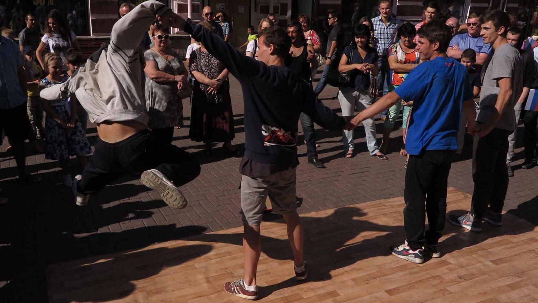 Russia-Moscow-Street-Scenes-Break-Dancers