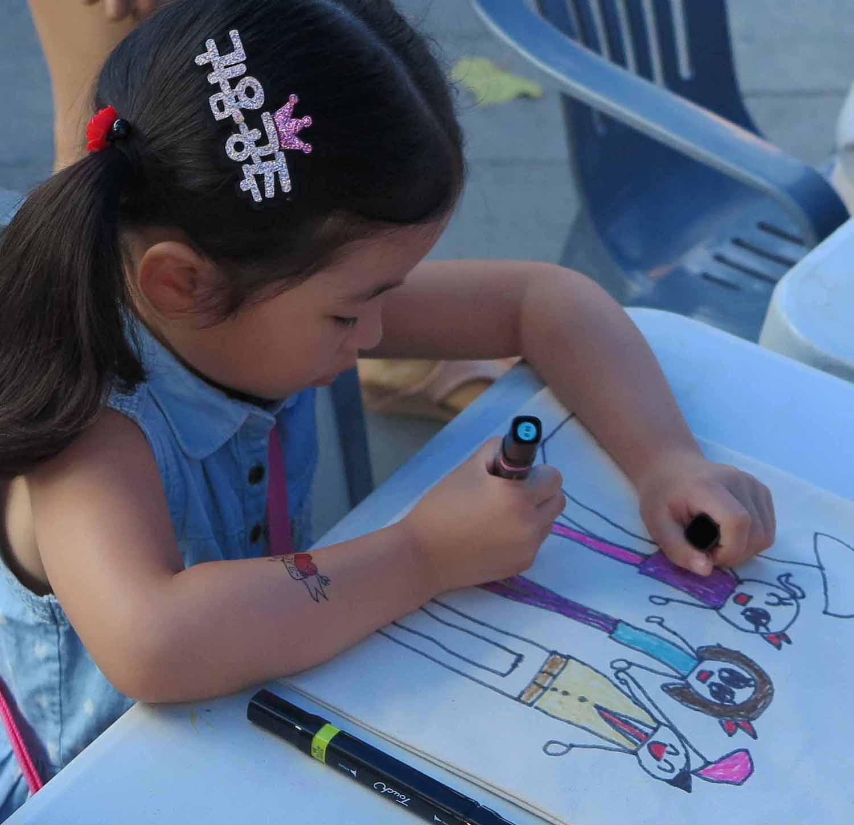 Korea-Seoul-Street-Scenes-Girl-Drawing
