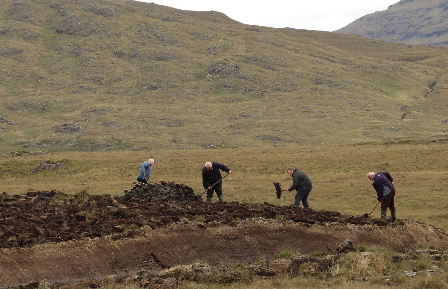 Ireland-Sights-And-Scenery-Peat-Gentlemen-Digging
