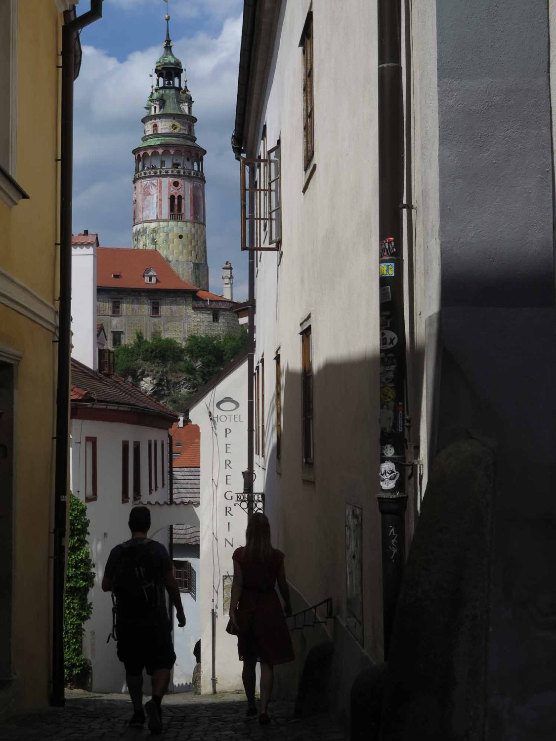 czech-republic-czesky-krumlov-tower-alley