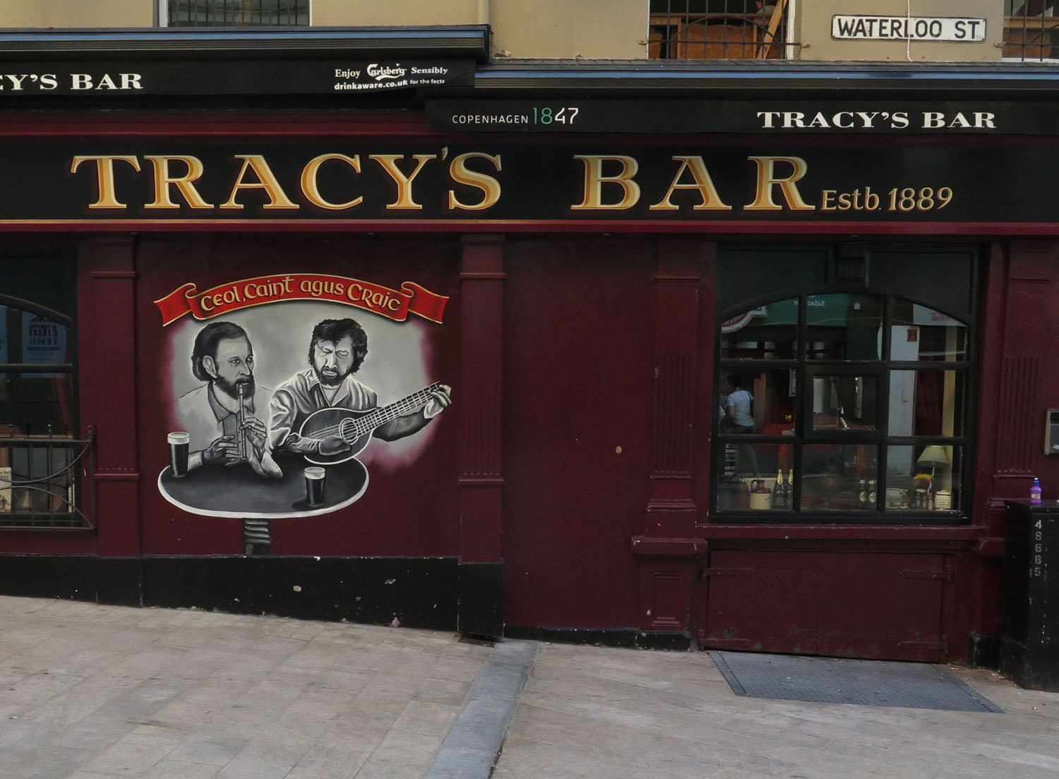 Northern-Ireland-Derry-Londonderry-Street-Scenes-Tracys-Bar