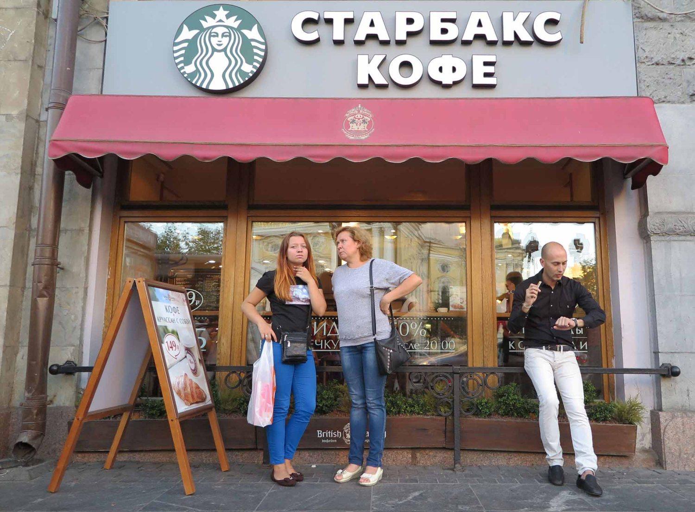 Russia-Saint-Petersburg-Street-Scenes-Starbucks