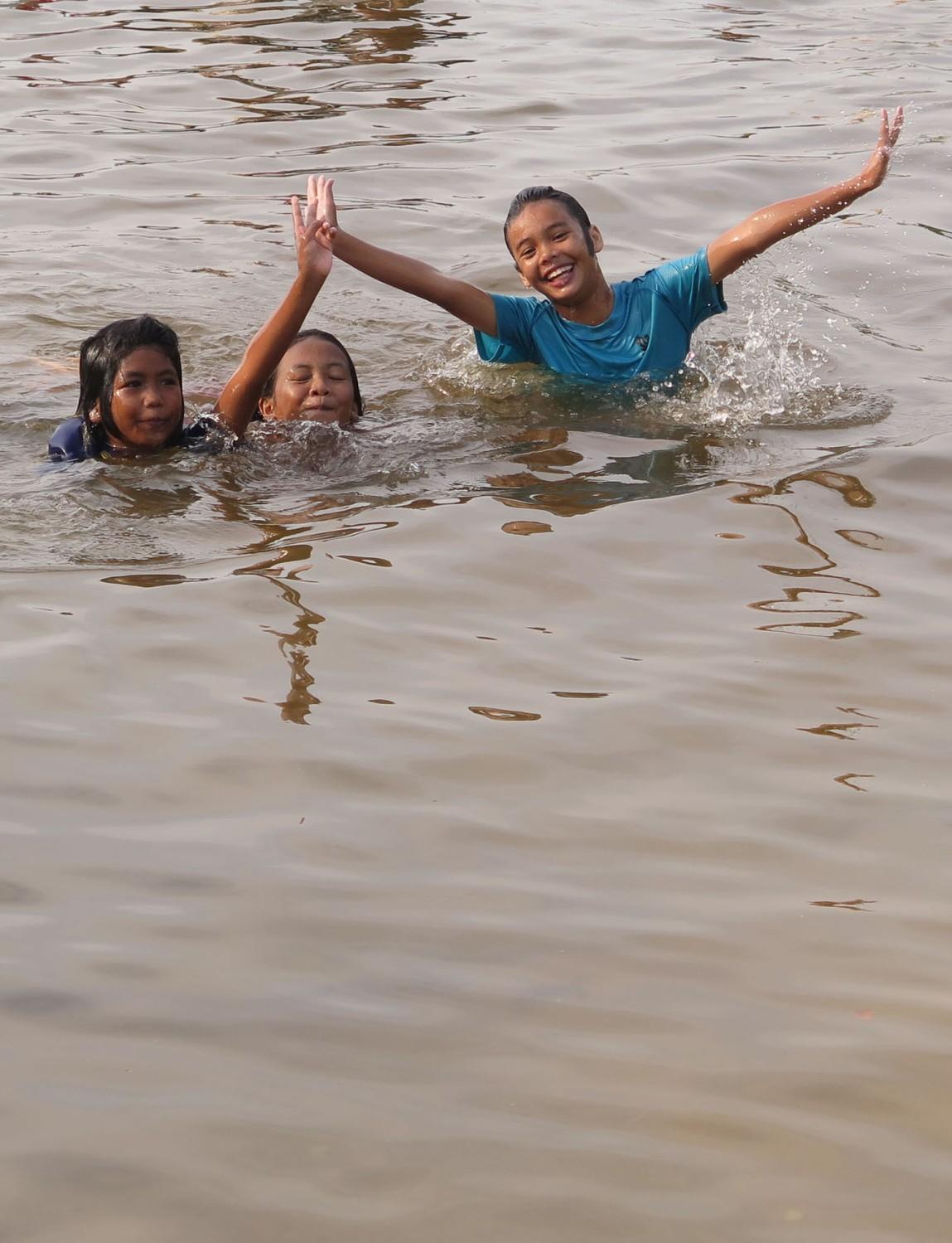 Thailand-Ko-Samui-Kids-Swimming