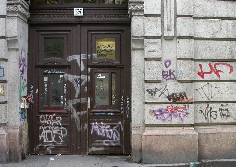 Hungary-Budapest-Street-Scenes-Graffiti