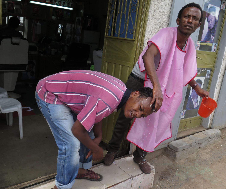 Ethiopia-Harar-Street-Scenes-Barber