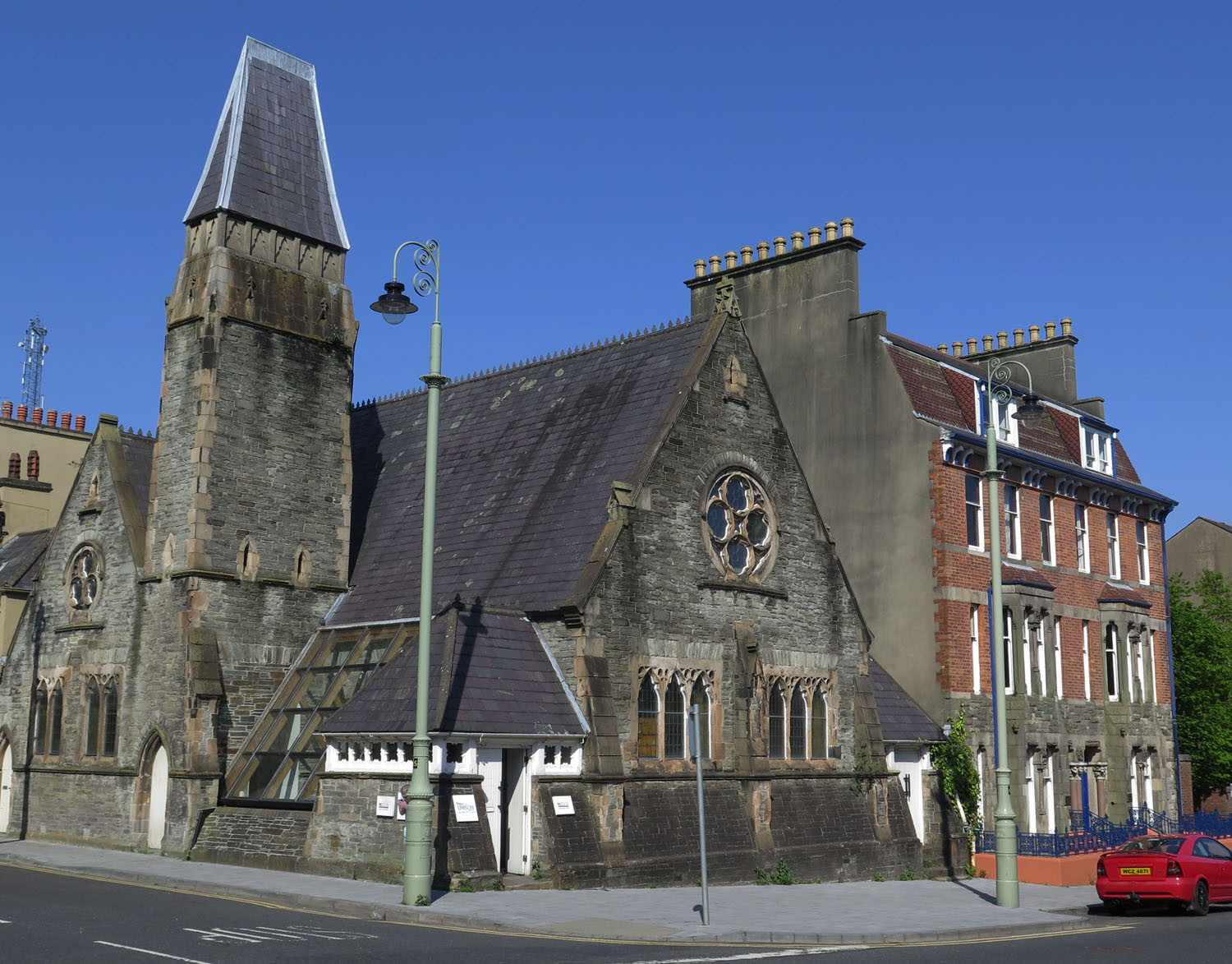 Northern-Ireland-Derry-Londonderry-Street-Scenes-Corner-Church