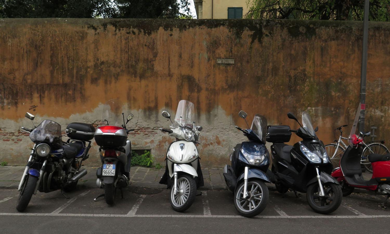 Italy-Pisa-Street-Scenes-Motorbikes
