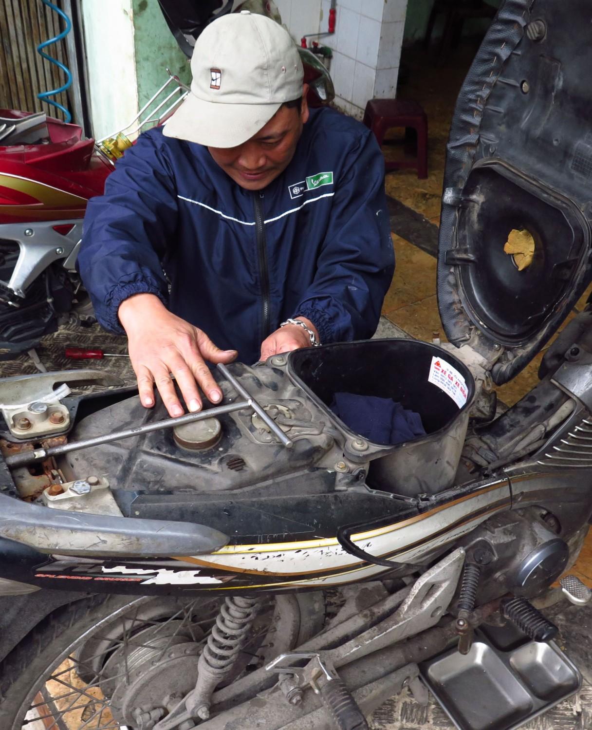 Vietnam-Hanoi-Street-Scenes-Motorbike-Repair